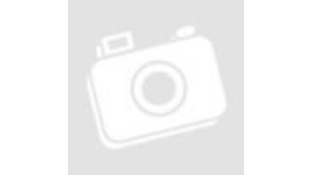 Lány hátizsákkal sétál az erdő szélén.