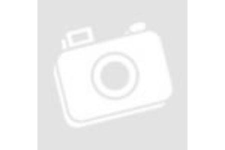 Vidám nő kitárt karokkal mosolyog.