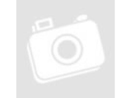 Izmos férfi zöldséget eszik